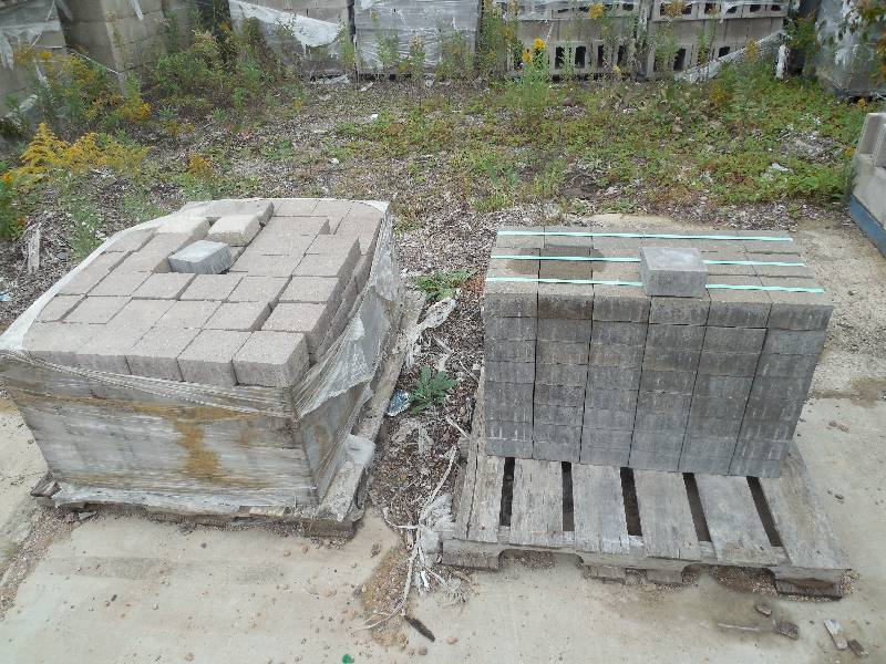 2 Pallet Lot Of Patio Pavers Mive Concrete Blocks Retaining Auction By The 750 Pallets K Bid