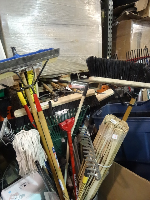 NEW ENTIRE CONTENTS OF BIN 3x Rakes, 6x Brooms and much more. Various Conditions