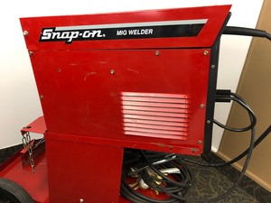 SNAP-ON YA219C WIRE FEED WELDER, NEW TWECO LEAD, NEW GAS REGULATOR, MOBILE CART, AND ALL ITEMS PICTURED