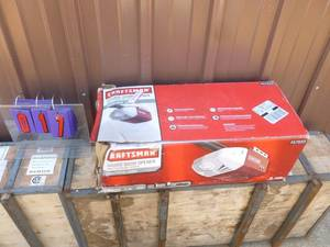Craftsman chain drive garage door opener. Appears new in box. As shown.