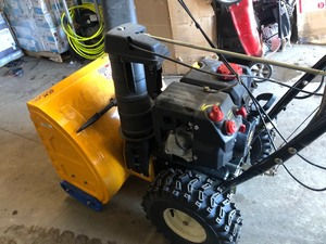 Cub Cadet 24 in. 208cc 2-Stage Electric Start Gas Snow Blower With Power Steering In working condition see pics !!