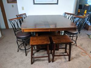 Lovely Wood Kitchen Table with Six Stools