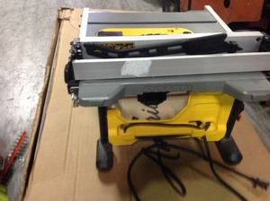DEWALT15 Amp Corded 8-1/4 in. Compact Jobsite Tablesaw in good conditions