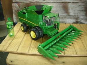 Ertl John Deere S670 Combine with 612c Corn Head