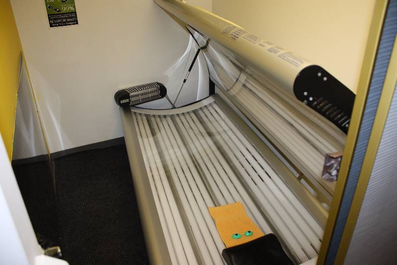 Room lot including puretan california 30 tanning bed for 24 tanning salon